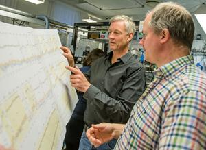 Peter Ditlevsen discusses data with colleague Sune Olander Rasmussen