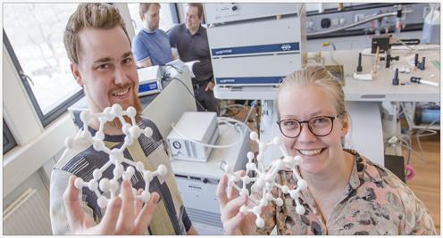 Mikkel Agerbæk Sørensen og Ursula Bengaard Hanse viser 3D modeller frem