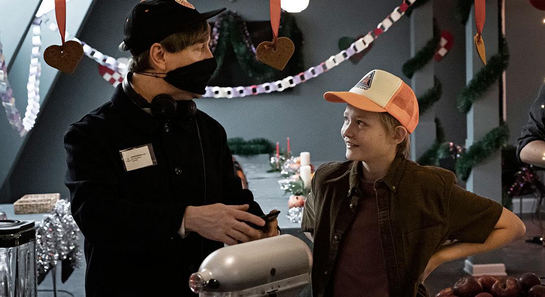 Instruktør af 'Kometernes jul' Ask Hasselbalch sammen med Bertil Smith, der spiller drengen Elias i 'Kometernes jul'. (Foto: Christian Geisnæs / TV 2)