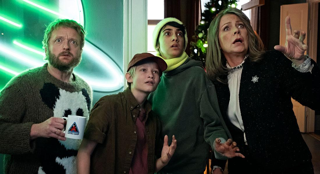 Fra venstre er det Martin Greis-Rosenthal, Bertil Smith, Shireen Noor Rasool og Søs Egelind, der alle medvirker i TV 2s nye familiejulekalender 'Kometernes jul', der har premiere i 2021. (Foto: Christian Geisnæs/TV 2).