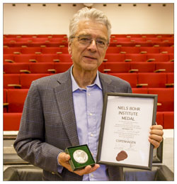 Jürgen Schukraft with the Niels Bohr Honoury medal