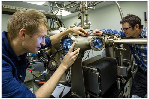 Peter Krogstrup sammen med thomas sand Jespersen i laboratoriet